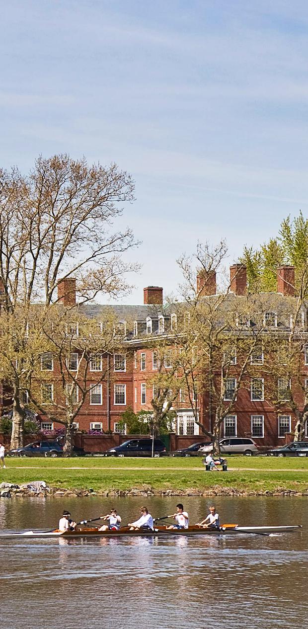 Bild från Harvard: personer som ror, tegelbyggnader