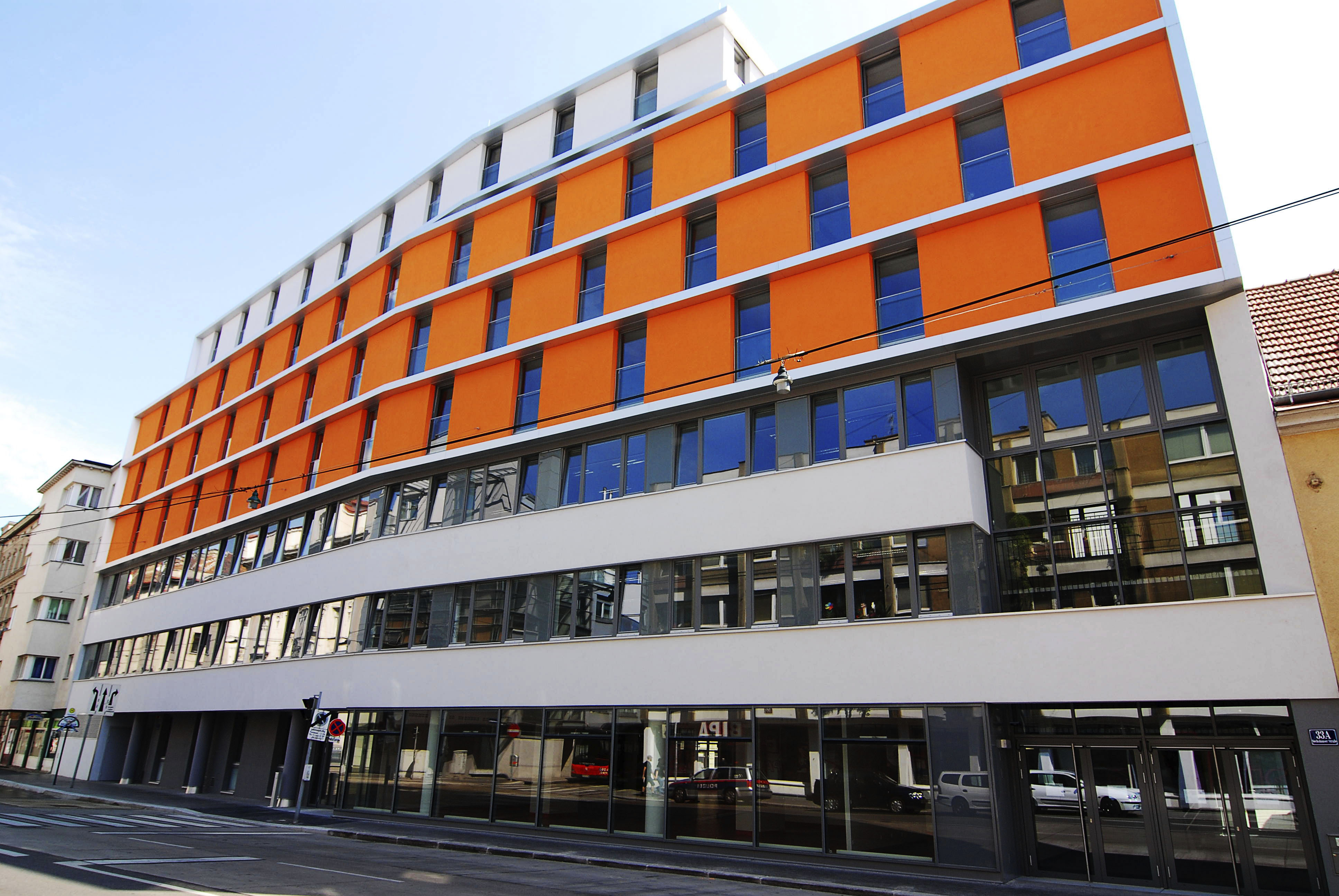 Byggnad i orange och grått i Wien.