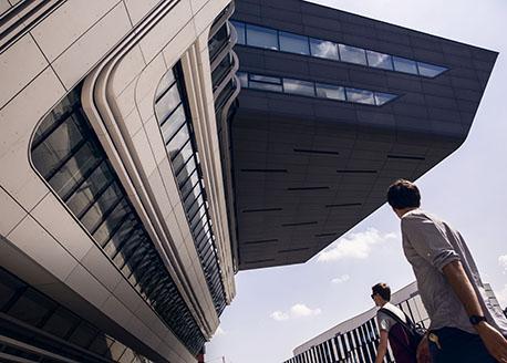 Handelshögskolans profilbyggnad är biblioteket ritat av Zaha Hadid. Hela campus kännetecknas av luft, lek och rörelse.