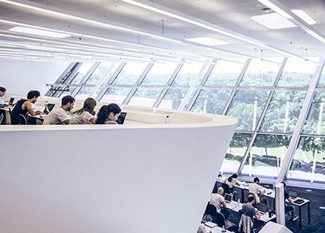 Studenter pluggar på två olika våningsplan i handelshögskolans bibliotek.