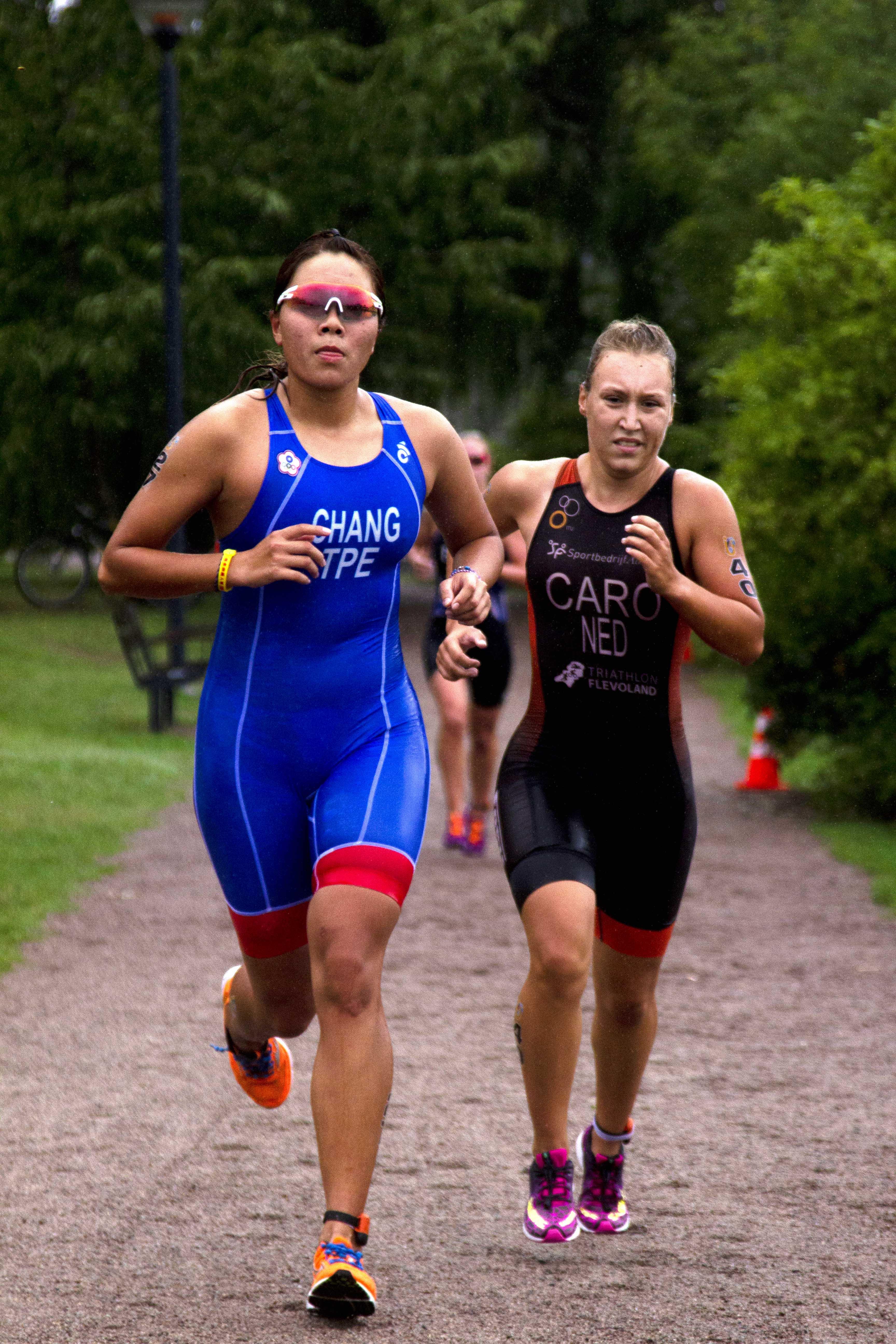 Två löpare kämpar hår.