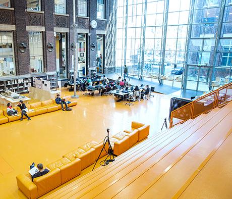 Fågelperspektiv över interiören på Delfts arkitekturskola.
