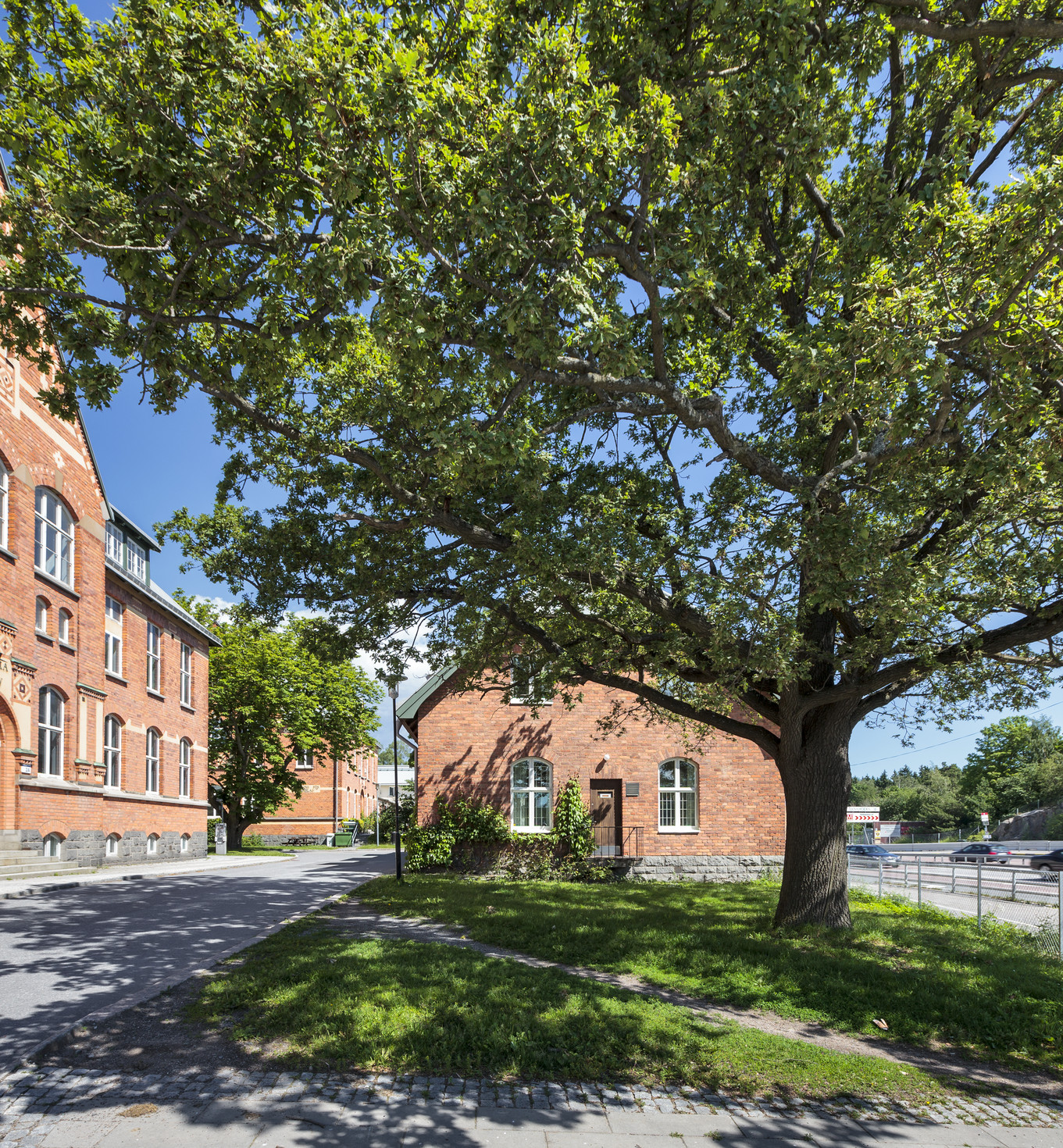 Stockholms universitet, Kräftriket. Tegelfasad och grönska runt om.