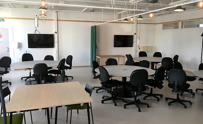 Bord och stolar, öppna ytor samt mindre bokningsbara rum öppnar upp för grupparbeten och dialog även utanför lektionstid.