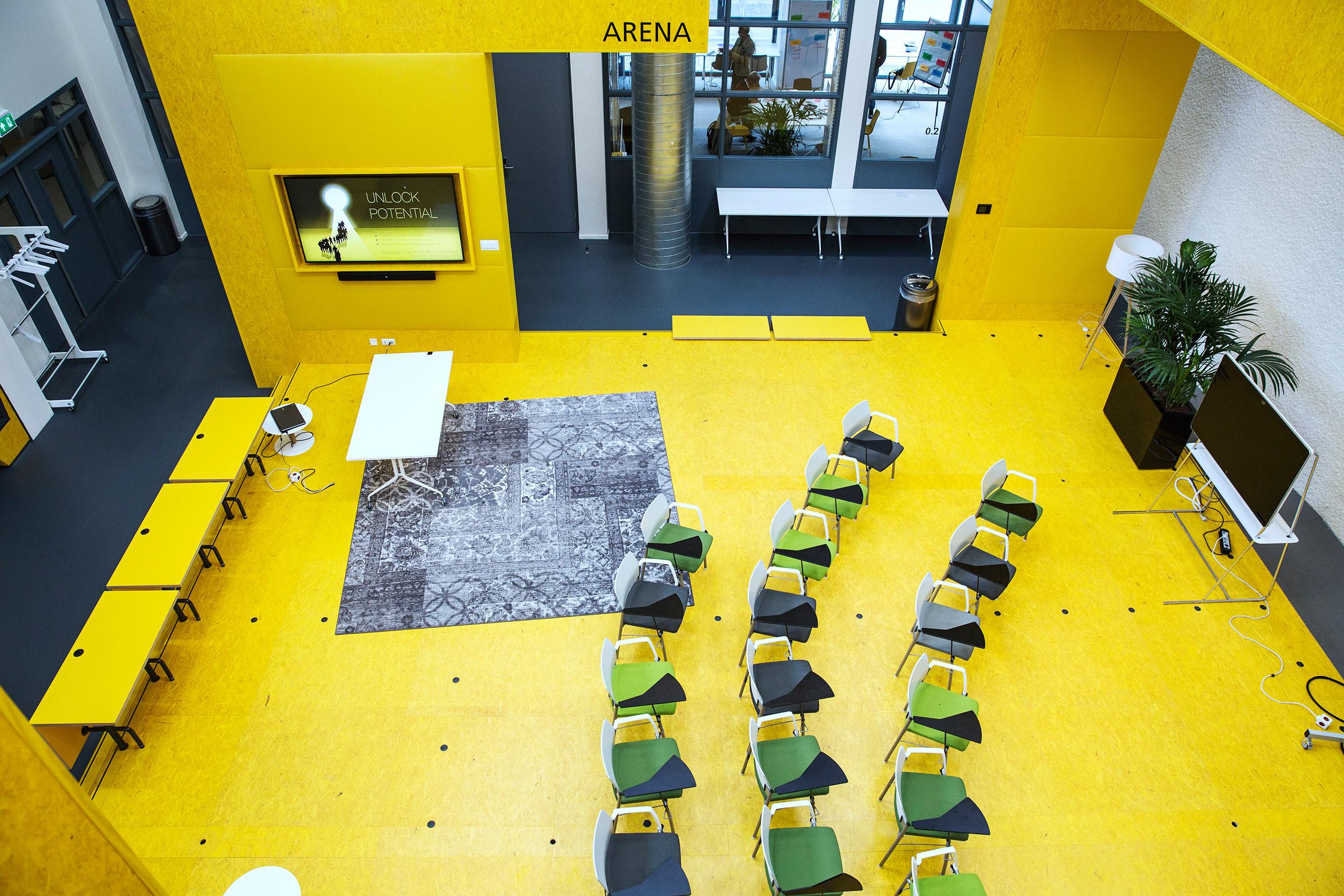 Högt i tak och knallgula väggar sätter tonen i Teaching Lab
