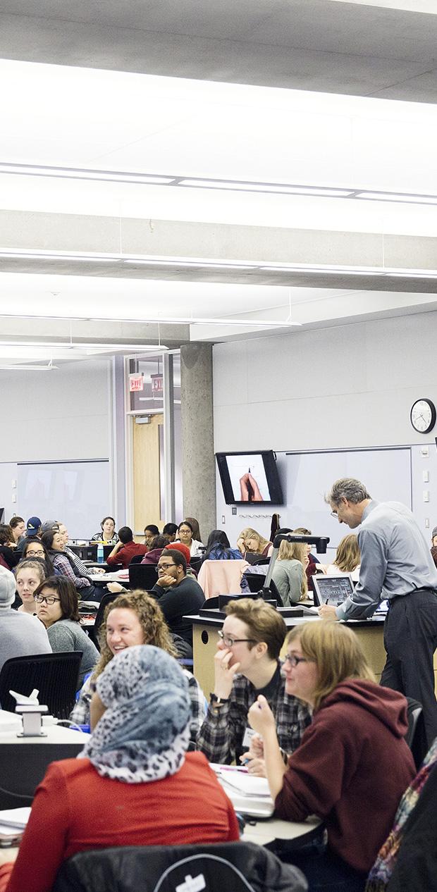 studenter i ett active learning classroom, skärmar